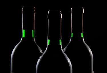 Bouteilles de vin sur fond noir